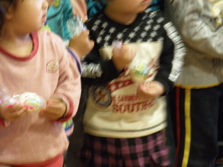 今日の午前中は、デイサービスフロアーで、保育園の子供たちとイースターの卵探しをしました。