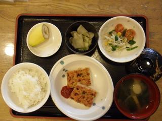 4/25のお昼ご飯は、アスパラガスのハンバーグ、サラダ、即席漬け、味噌汁、果物でした。