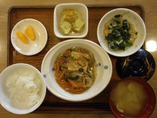 今日のお昼ご飯は、豆腐の野菜あんかけ、煮浸し、卵焼き、味噌汁、果物でした。