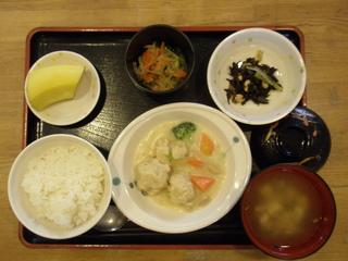 今日のお昼ご飯は、肉団子のシチュー、サラダ、和え物、味噌汁、果物です。