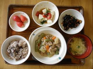 今日のお昼ご飯は、お赤飯、ふきと豚肉のほろ苦炒め、豆腐サラダ、ヒジキ煮、味噌汁、果物です。