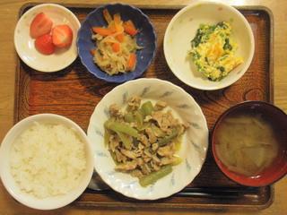 きょうのお昼ご飯は、豚肉のふきのほろ苦炒め、和え物、切り干し煮、味噌汁、果物でした。