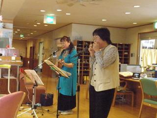 5月18日ボランティアは、ウクレレ・アルモシスターズによるなつかしい歌謡曲でした。いつもありがとうございます。