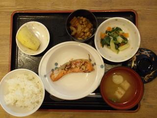 今日のお昼ご飯は、鮭の梅ネギ焼き、五目大豆煮、ごま和え、味噌汁、果物でした。