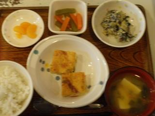 遅くなりましたが、昨日からきょうの分を一気にいきます。昨日のお昼ご飯は、かに玉風卵焼き、和え物、含め煮、味噌汁、果物でした。
