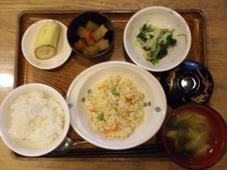 今日のお昼ご飯は、鶏挽肉の炒め豆腐、ころころ煮、酢味噌和え、味噌汁、果物です。