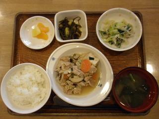 きょうのお昼ご飯は、肉豆腐、おろし和え、切り昆布煮、味噌汁、果物でした。