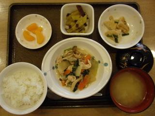 きょうのお昼ご飯は、炒め煮、大学芋、かんも含め煮、味噌汁、果物でした。