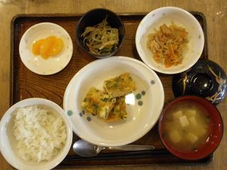 今日のお昼ご飯は、千草焼き、切り干し煮、酢の物、味噌汁、果物でした。
