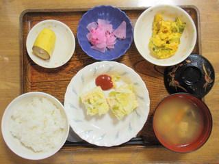 きょうのお昼ご飯は、挽き肉とキャベツの重ね蒸し、かぼちゃサラダ、和え物、味噌汁、果物でした。