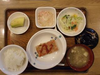 きょうのお昼ご飯は、アスパラガスのハンバーグ、サラダ、大根のカニカマあん、味噌汁、果物でした。