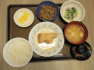 きょうのお昼ご飯は、煮魚、きんぴら、おろし和え、味噌汁、果物もでした。