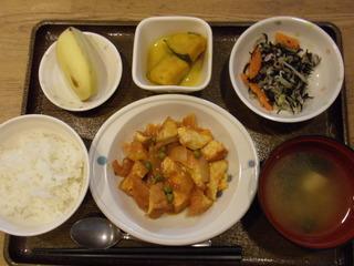 きのうのお昼ご飯は、海老と厚揚げのトマト炒め、サラダ、かぼちゃのミルク煮、味噌汁、果物でした。