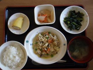 きょうのお昼ご飯は、炒り豆腐天かす和え、煮物、味噌汁、果物でした。