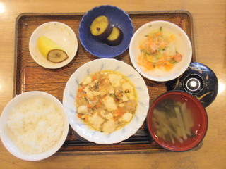 きょうのお昼ご飯は、麻婆豆腐、春雨サラダ、さつまいも煮、味噌汁、果物でした。