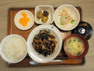 今日のお昼ご飯は、磯炒め、大学芋煮、酢の物、味噌汁、果物でした。