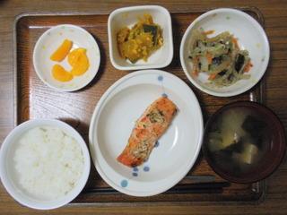 きょうのお昼ご飯は、鮭の梅ねぎ焼き、ごま和え、そぼろ煮、味噌汁、果物です。
