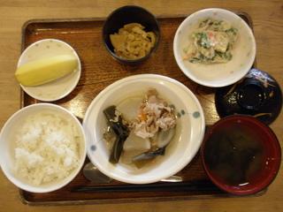 今日のお昼ご飯は、和風ポトフ、和え物、竹の子煮、味噌汁、果物でした。竹の子は、頂いた地元の竹の子を柔らかくにて召し上がっていただきました。
