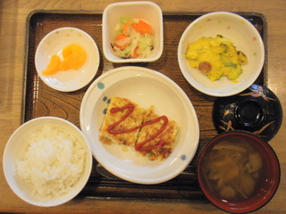 今日のお昼ご飯は、ツナハンバーグ、カボチャサラダ、浅漬け、味噌汁、果物でした。