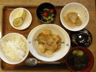 今日のお昼ご飯は、肉じゃが、サラダ、厚揚げの煮物、味噌汁、果物でした。定番肉じゃがは、どなたでも食べられる味付けが好評です。。