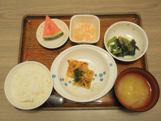 今日のお昼ご飯は、松風焼き、冬瓜のあんかけ、酢の物、味噌汁、果物でした。