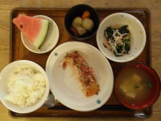 今日のお昼ご飯は、鮭の梅ねぎ焼き、煮物、酢の物、味噌汁、果物でした。