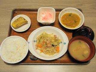 今日のお昼ご飯は、肉野菜炒め、カレー煮、紅しょうが大根、味噌汁、果物でした。