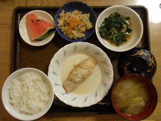 きょうのお昼ご飯は、煮魚、もずく和え、炒りおから、味噌汁、果物でした。