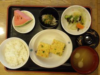 今日のお昼ご飯は、ぎせい豆腐、和え物、つぶし里芋のなめたけがけ、味噌汁、果物でした。