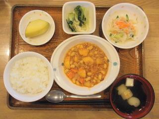 今日のお昼ご飯は、ポークビーンズ、春雨サラダ、お浸し、味噌汁、果物でした。