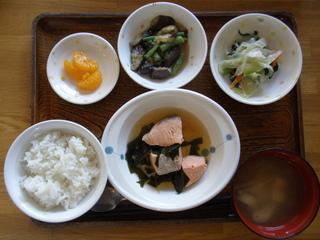 今日のお昼ご飯は、鮭のなると煮、野菜炒め、ごま和え、味噌汁、果物でした。