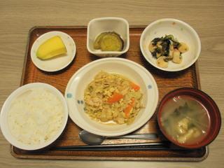 きょうのお昼ごはんは、親子煮、酢の物、さつまいも煮、味噌汁、果物でした。