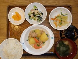 今日のお昼ご飯は、じゃが芋と鶏肉のみそ煮込み、酢の物、煮浸し、味噌汁、果物でした。