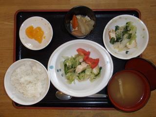 今日のお昼ご飯は、香味野菜と鶏肉の湯引き、煮物、いとこ煮、味噌汁、くだものでした。