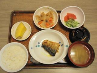 きょうのお昼ごはんは、鯖のカレー風味焼き、トマトとキューリのサラダ、含め煮、味噌汁、果物でした。