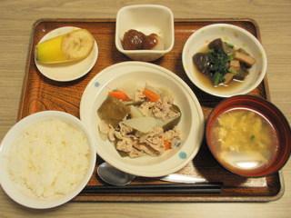 きょうのお昼ごはんは、和風ポトフ、ごまだれがけ、煮物、味噌汁、果物でした。