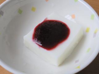 きょうのおやつは、ミルクゼリーのブラックベリーソースがけでした。ブラックベリーの実から、ご利用者さんと一緒に煮詰めて作ったソースです。
