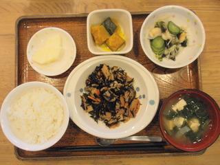 きょうのお昼ごはんは、磯炒め、酢の物、かぼちゃ煮、味噌汁、果物でした。
