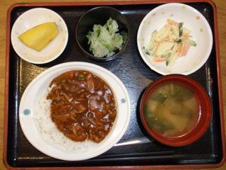 今日のお昼ご飯は、ハヤシライス、マカロニサラダ、浅漬け、味噌汁、果物でした。