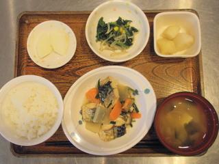 きょうのお昼ごはんは、鯖の生姜鍋、中華和え、粉ふき芋、味噌汁、果物でした。