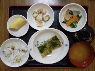 今日のお昼ご飯は、松風焼き、なめたけ和え、酢の物、味噌汁、果物でした。