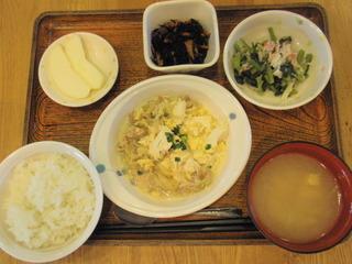 きょうのお昼ごはんは、豚肉ともやしのチャンプルー、煮物、酢の物、味噌汁、果物でした。