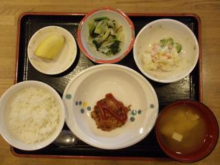 今日のお昼ご飯は、ハンバーグ、ポテトサラダ、浅漬け、味噌汁、果物でした。