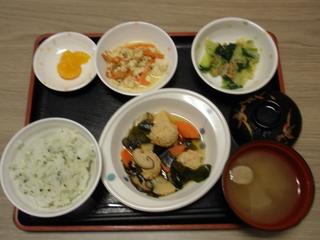 きょうのお昼ごはんは、肉団子のクリーム煮、サラダ、おかか和え、味噌汁、果物でした。