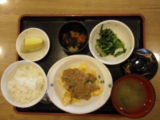 今日のお昼ご飯は、麻婆炒り卵、和え物、煮物、味噌汁、果物でした。