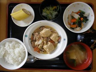 今日のお昼ご飯は、肉豆腐、和え物、酢の物、味噌汁、果物でした。