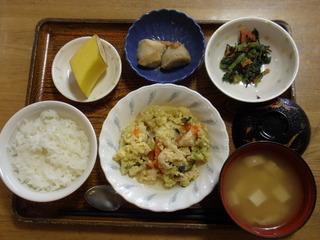 きょうのお昼ごはんは、親子煮、和え物、里芋煮つけ、味噌汁、果物でした。