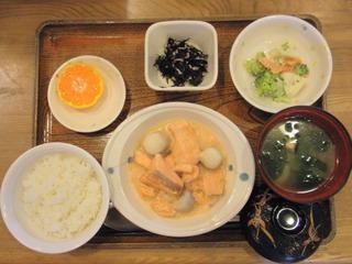 きょうのお昼ご飯は、鮭と里芋のシチュー、サラダ、ひじきの酢の物、味噌汁、果物でした。