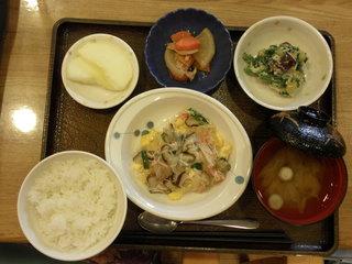 きょうのお昼ご飯は、中華風あんかけオムレツ・煮物、青菜和え、味噌汁、果物でした。