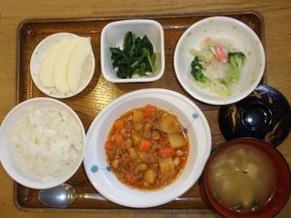 今日のお昼ご飯は、ポークビーンズ、サラダ、お浸し、味噌汁、果物でした。